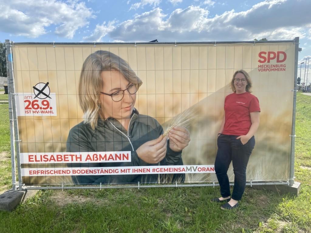 Elisabeth am Banner Getreide